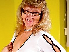 Mature Rosi loves to get naughty